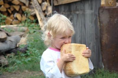 dziewczynka z chlebem